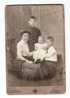 Antoni Ledóchowski jako maturzysta z rodzeństwem i matką